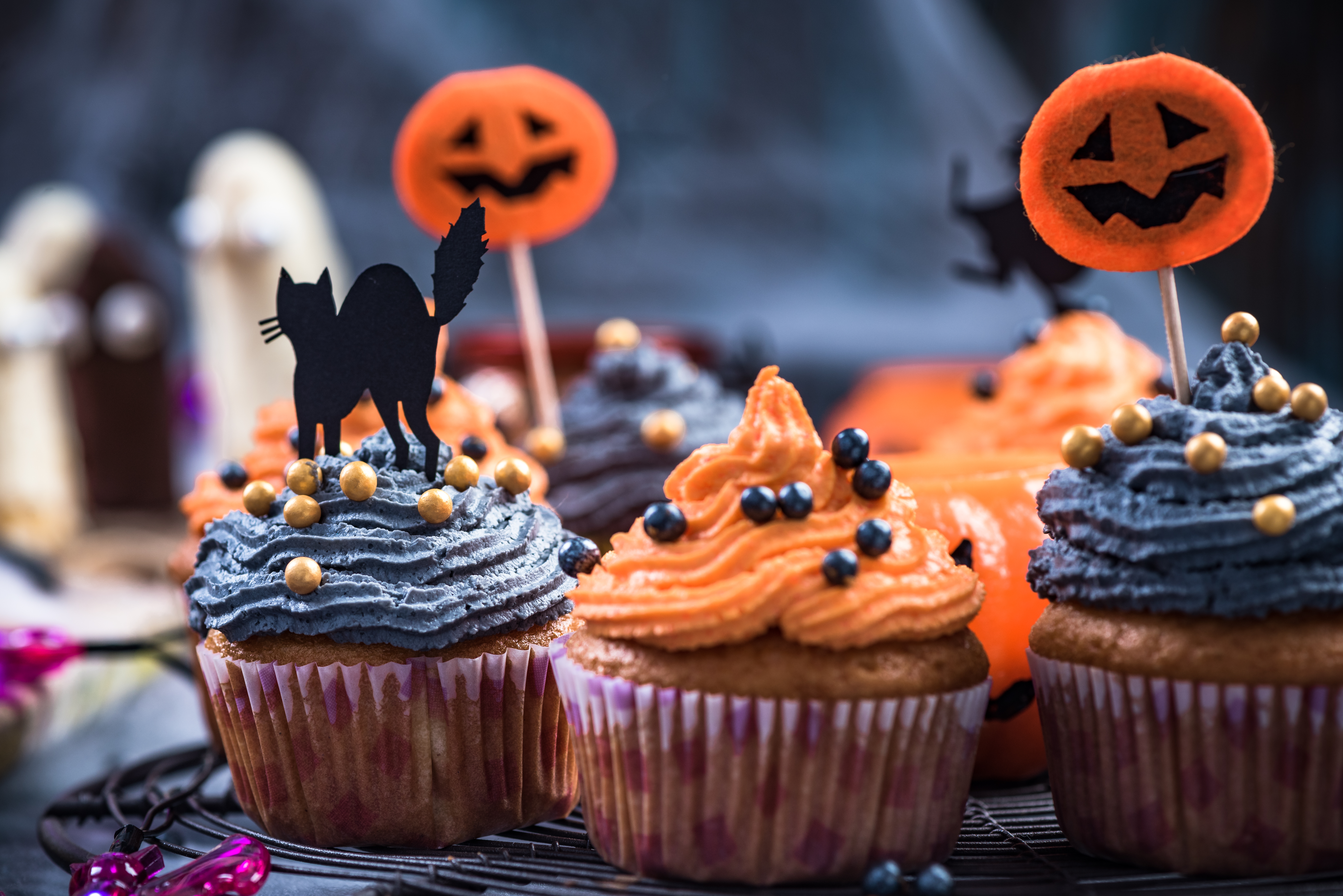 Black-and-orange-cupcakes-decorated-for-Halloween